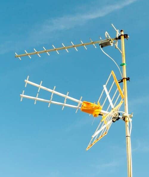 antena de televisión en la azotea de un edificio
