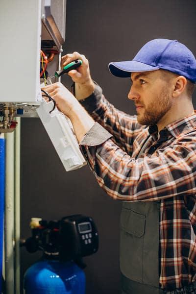 técnico de mantenimiento trabajando en una calefacción central