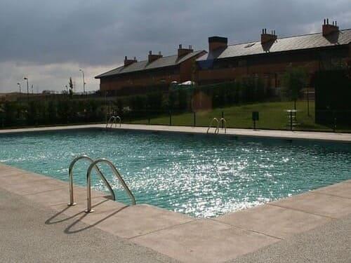 piscina al aire libre en una comunidad de vecinos