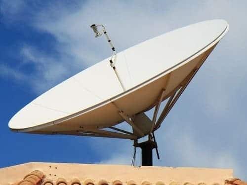 antena parabólica en la azotea de un edificio