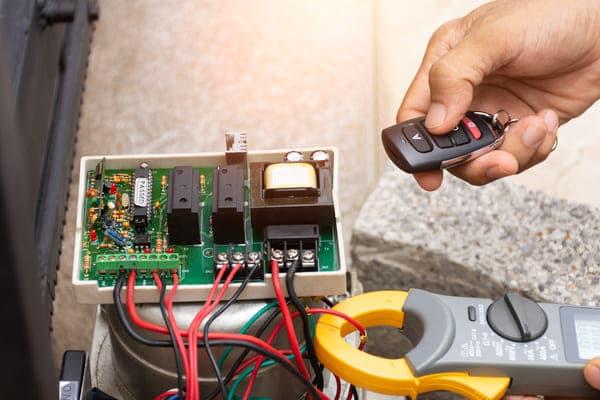 sistema de mando a distancia en puerta de garaje
